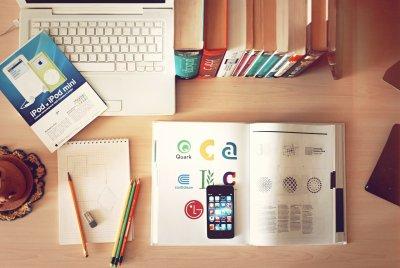 Cellulare e computer per studiare e acquisire conoscenza