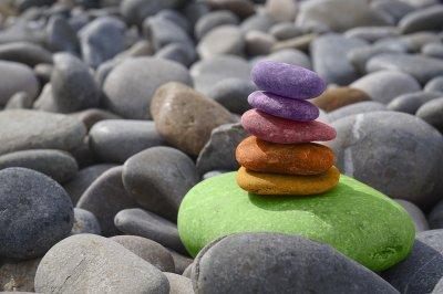 Sassi colorati messi in equilibrio