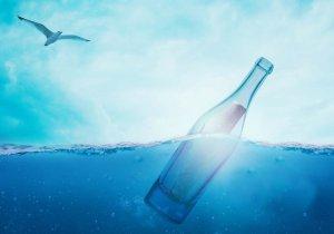 Messaggio in una bottiglia in mezzo al mare