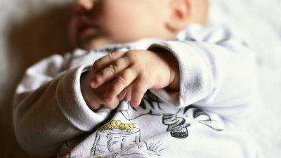 Neonato con le mani in primo piano